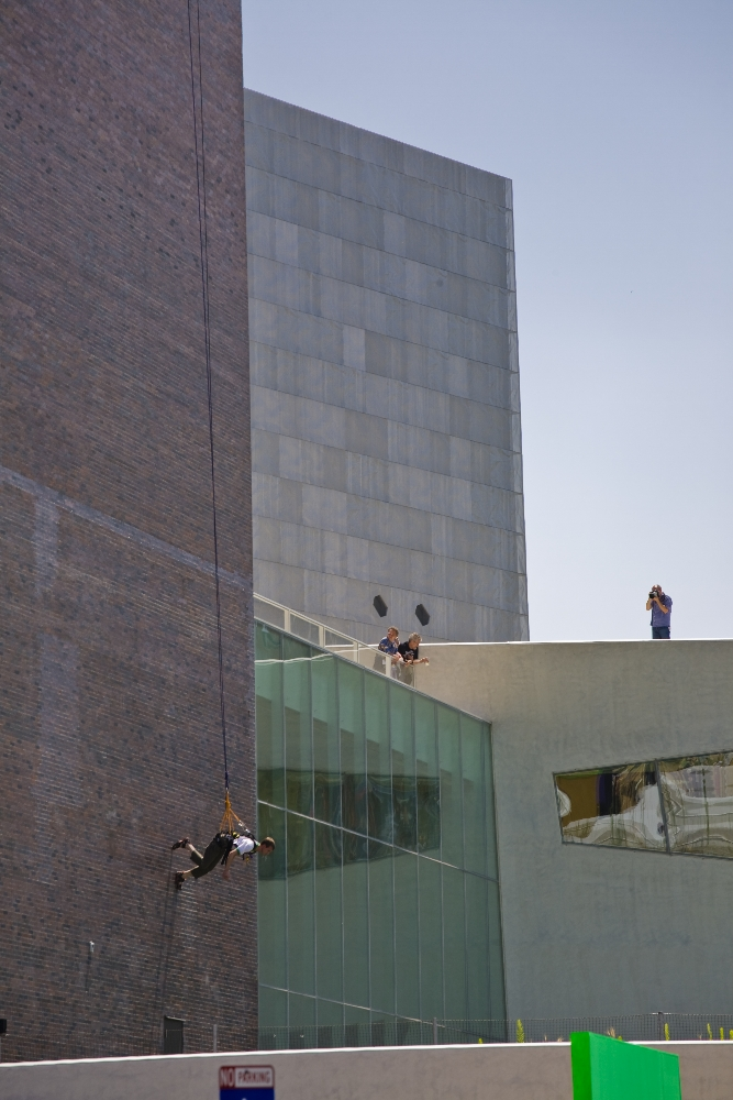 Man Walking Down the Side of a Building (1970), a performance by Trisha Brown, reperformed on the wall of the Walker Art Center, Minneapolis, 2008. © Pepe Barbe / Trisha Brown Dance Company